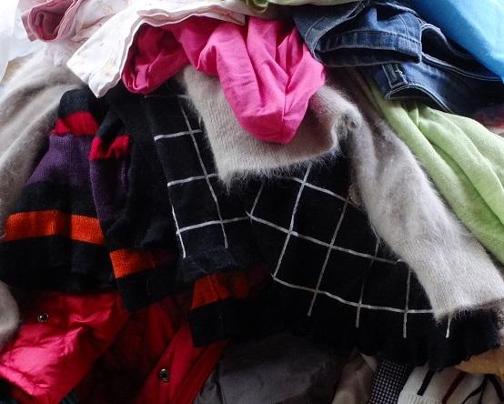 片づけ衣服の山