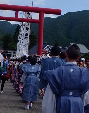 神社へ向かう行列